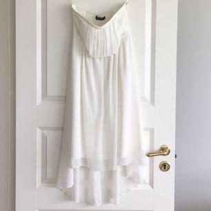 Fin vit klänning som är köpt på Vero Moda . Använd en gång vid examen.