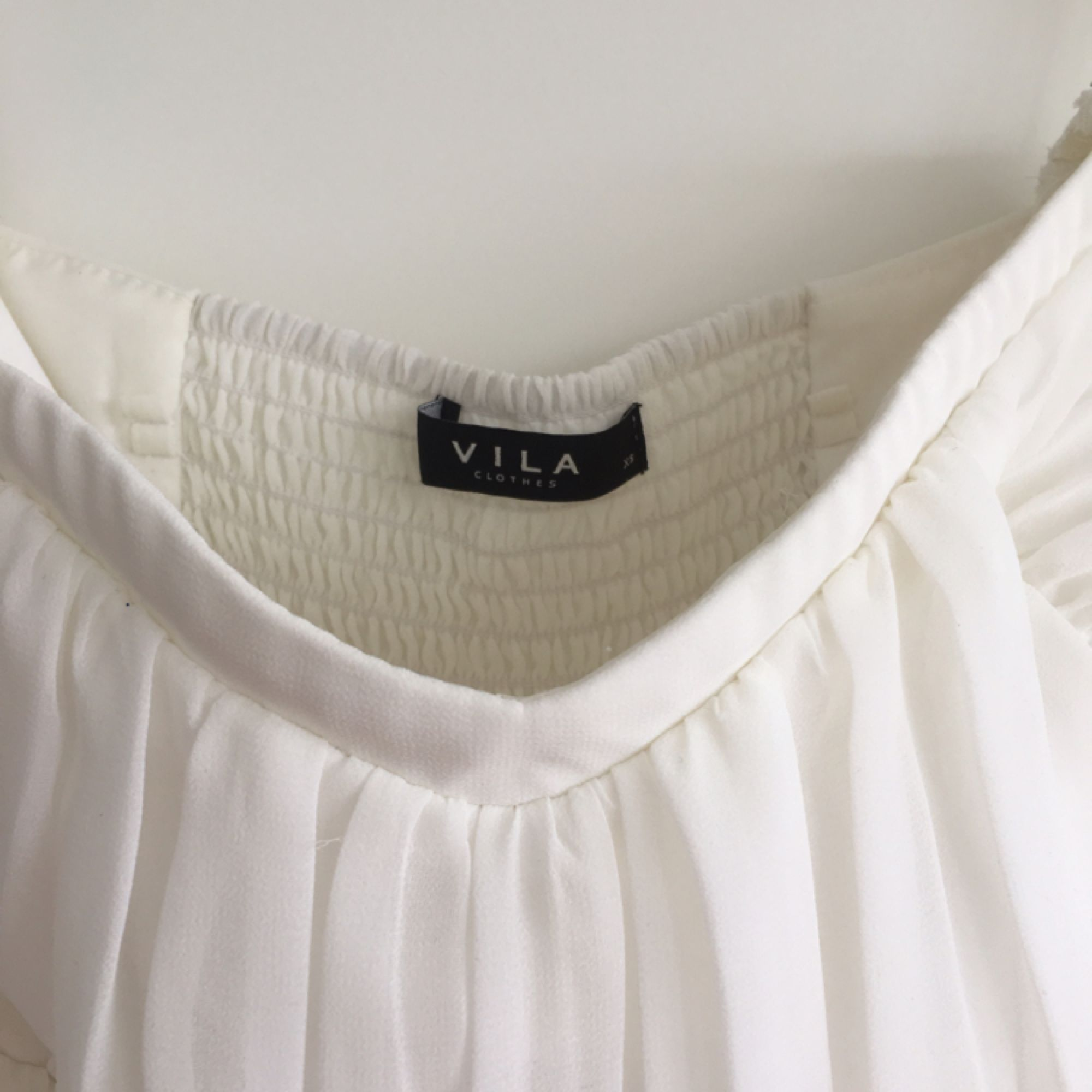 12070663c4bc Fin vit klänning som är köpt på Vero Moda . Använd en gång vid examen.