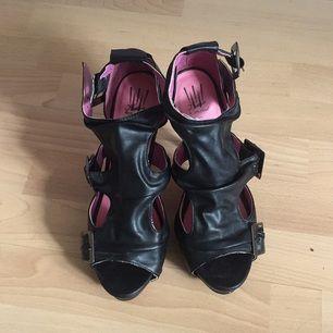 Wildflower by Kenza, stl 38,  aldrig använda Äkta läder, hög klack och typ 3 cm platå  Köparen står för frakt! 🌸