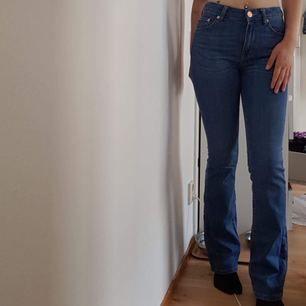 Utsvängda jeans i marin blå som i längden är 26 och passar mig som är 168,7cm