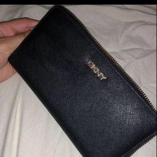 Nypris 750kr  Inte använd mycket men några redo på hänget som syns på bild 2. Annars är den i perfektskick, super fin & rymlig plånbok