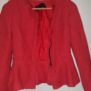 Zara jacka/ kavaj storlek xs, använd fåtal gånger. Färgen är röd/ Orange