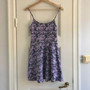 En klänning från H&M. Storlek small/36, damstorlek. Fint skick, knappt använd. Levereras nytvättad. Finnes på Södermalm, Stockholm. Kan postas men då står Du för frakten. Mvh Marija