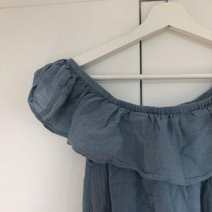 blå off-shoulder klänning från åhlens