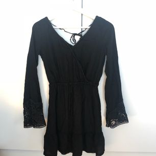 klänning från hm med snörning i midjan, flarearmar med spets och diskret volang på kjolen. älskar denna klänning men den är tyvärr för liten.