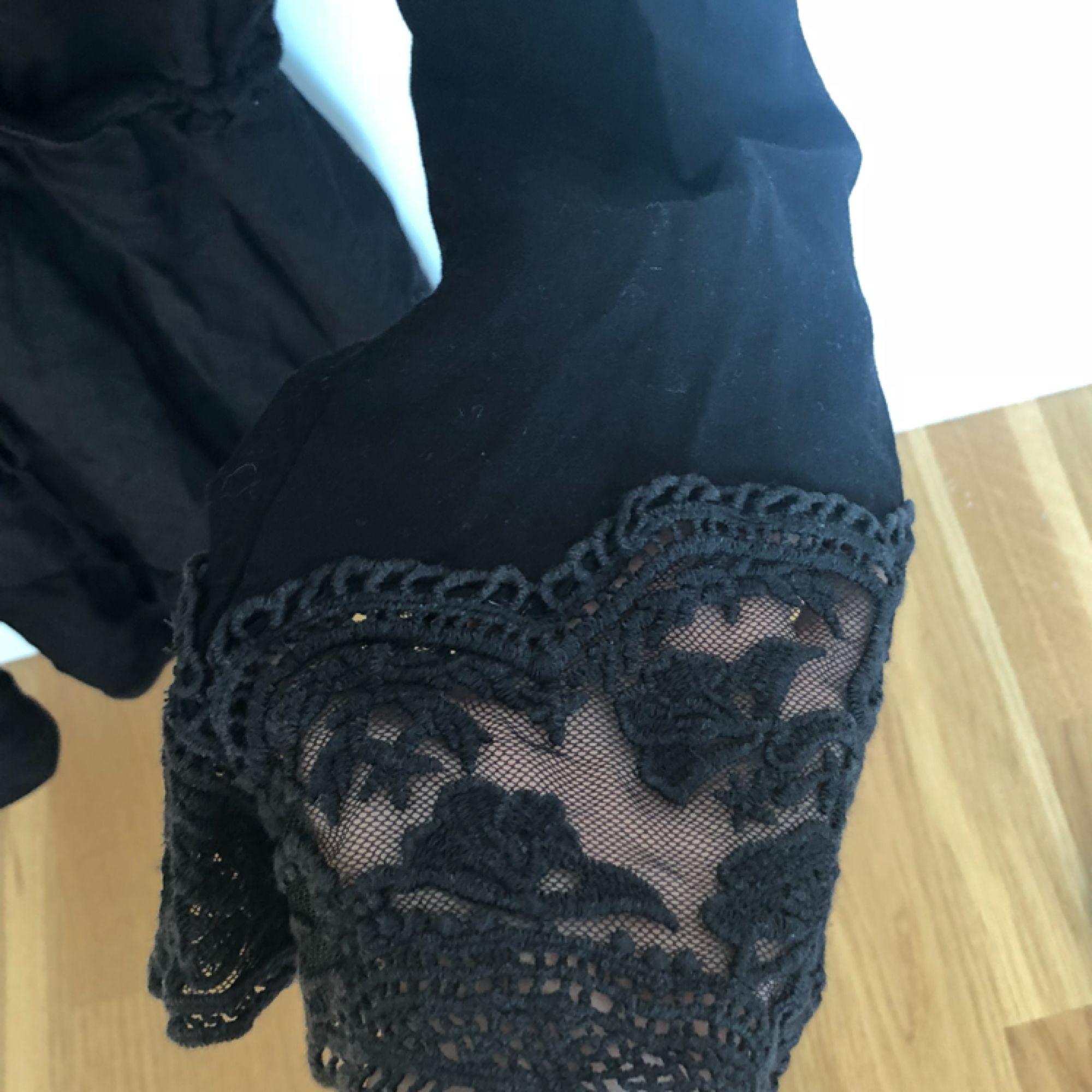 klänning från hm med snörning i midjan, flarearmar med spets och diskret volang på kjolen. älskar denna klänning men den är tyvärr för liten. . Klänningar.