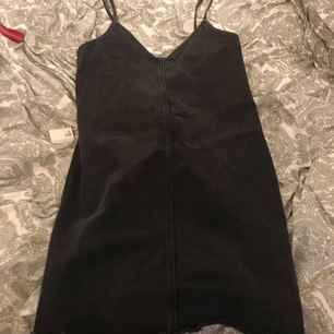 Superfin svart jeansklänning fr monki . Man får nt me bandet
