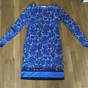 Blå blommig MK klänning storlek xxs/32-34 . Använt 1 ggn . Bara hängt i garderoben .