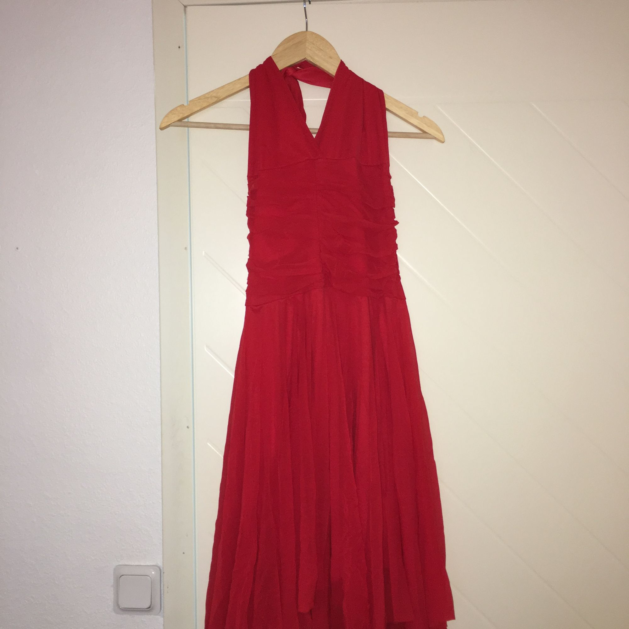 Röd chiffong klänning. Använd två gånger och är fortfarande i gott skick.  Storlek S  . Klänningar.