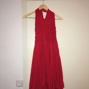 Röd chiffong klänning. Använd två gånger och är fortfarande i gott skick.  Storlek S