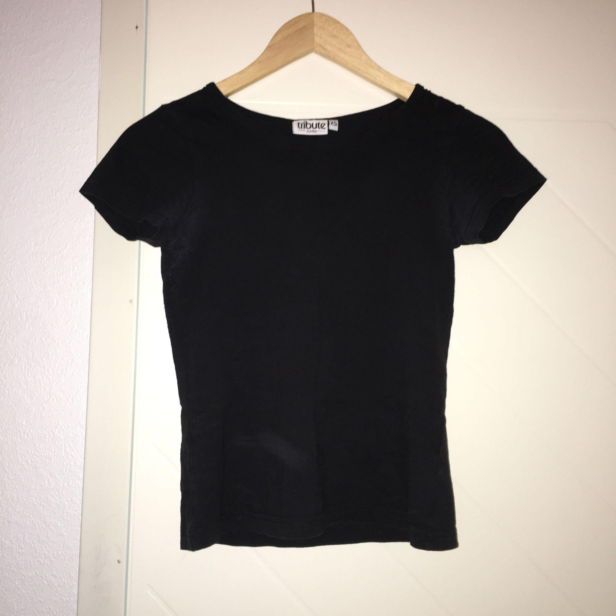 Basic svart t-shirt i storlek XS.. T-shirts.