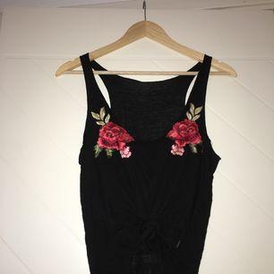 Svart linne med rosor. Storlek S