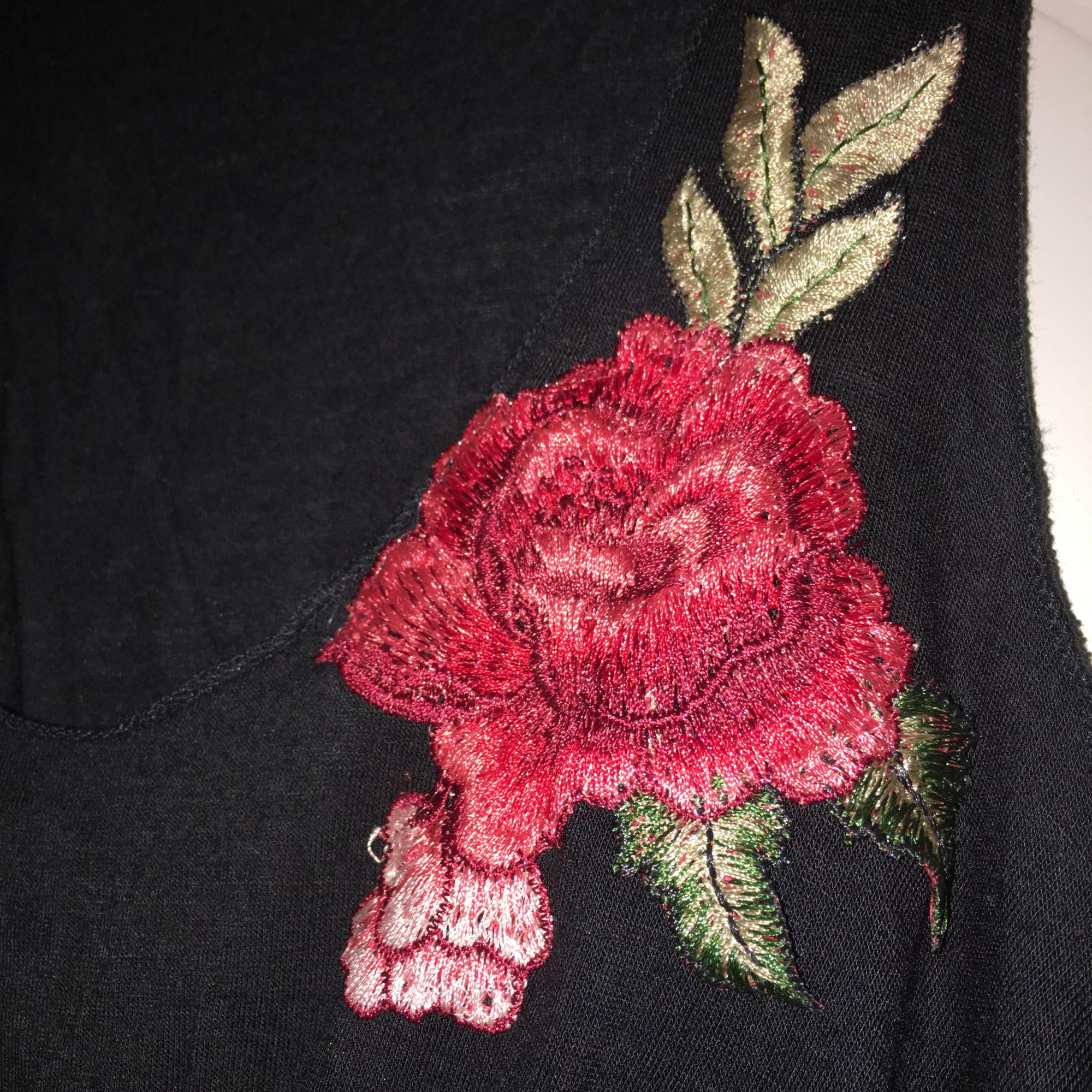 Svart linne med rosor. Storlek S . Toppar.