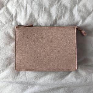 Kuvertväska från H&M. 🌸 Använd en gång. Som ny. Mått: 19x14,5  säljes för 50kr (fraktkostnad tillkommer.)✨✨