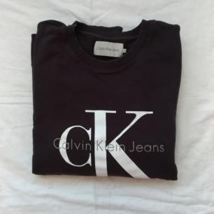 Calvin Klein tjocktröja, storlek XL.  Jag har haft den som en oversize tjocktröja och är normalt M/L.