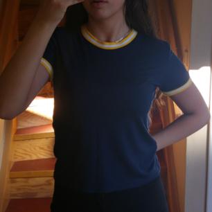 Cropped t-shirt från bikbok