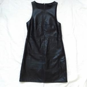 Minkpink klänning i fakeskinn.