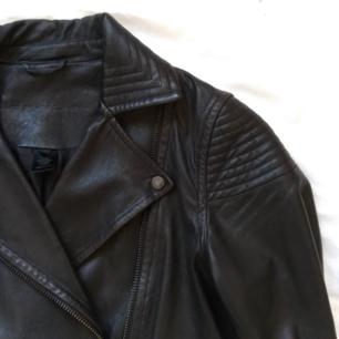 Marc Jacobs jacka i skinn. Helsvart med svart dragkedjor med mera.  Nypris ca 8000, köpt på NK. Använd men inte sliten.