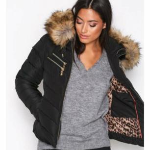 Säljer denna populära jacka. Använd 1 vinter. Ej äkta päls. Kan tänka mig att gå ner i pris vid snabb affär