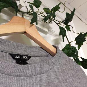 Säljer denna lite speciella tröja ifrån Monki. 🌸 Använts väl men är i gott skick. Passar både S & XS. Priset är inkl frakt. Om du undrar över något läs gärna min profil eller skicka en fråga💖