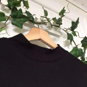 Säljer denna superfina halfpolo-krage tröja ifrån H&M🌸Har använts ett fåtal gånger & passar både XS-S. Priset är inkl. frakt. Toppen är i ett slags ribbat material. Om ni har någon mer fråga, kolla gärna in min profil eller skicka till mig🌿💞