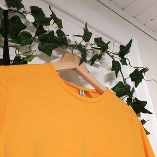 Denna fina långärmade tröjan ifrån H&M är en riktig glädjespridare bara pga färgen.🌞 Använd en gång, så i nyskick. Priset är inkl. frakt. Om ni har någon mer fråga, kolla gärna in min profil eller skicka till mig🌿💞