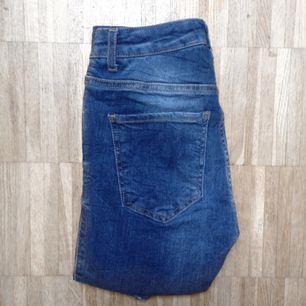 Oanvända jeans från Ginatricot i populära modellen