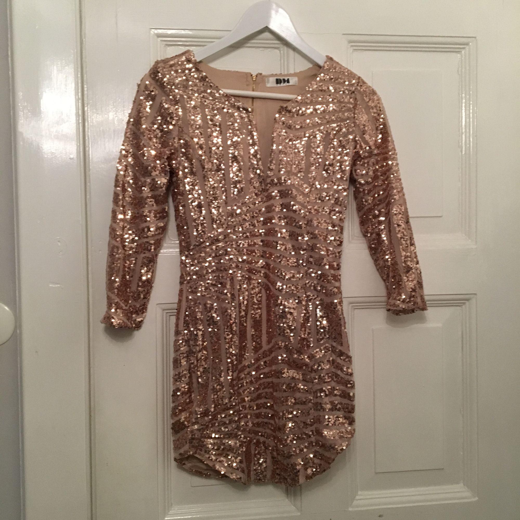 6452f707501b Aldrig använd guld/rosé guldig paljettklänning från DM retro. Säljer för  den är alldeles ...