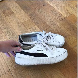 Puma fenty by Rihanna, vit/svarta i storlek 37! I bra skick, säljes pga att de är för små! Kostar ca 1300 men säljer för 300