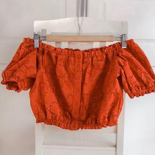 Off shoulder croptop! Aldrig använd. Säljs pga brist på plats i garderoben. 180kr+frakt (ca 30kr)🤗 15% av alla köp går till välgörenhet ❤️