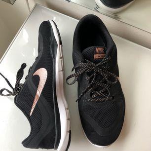 Säljer mina träningsskor från Nike i modellen flex tr 6 och är i jätte fint skick. Dom är knappt använda och ser ut som helt nya träningsskor.