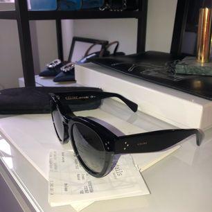 Säljer mina céline solglasögon köpa på NK details i Stockholm 2017-11-24. Köpte de för 3240 kr. Det är i jätte bra skick. Med kommer kvitto, skydd och céline kuvert.