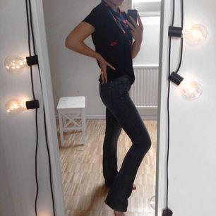 Crocker jeans storlek 26 längd 33 med bootcut. Lite slitningar längst vid hälen och
