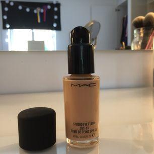 Oanvänd foundation från MAC ✨ Deras studio fix fluid i färgen NW15 🌺 Säljes då den är för mörk för bleka lilla mig 🙈 kan fraktas, då tillkommer frakt 💌
