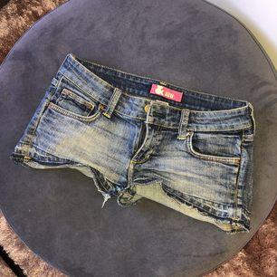 Jeansshorts som tyvärr är för små för mig nu