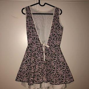 Fin somrig klänning som har kommit till användning 1-2 ggr.   Öppen rygg.