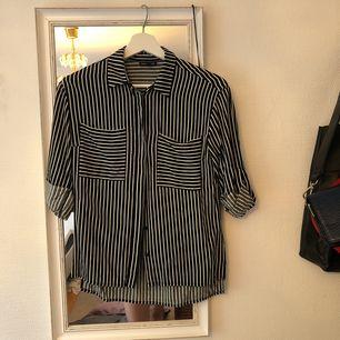 Skjorta säljes pga. att jag växt ur den samt garderobsrensning. Den är i gott skick eftersom den är sparsamt använd. Kan mötas upp i centrala Stockholm.