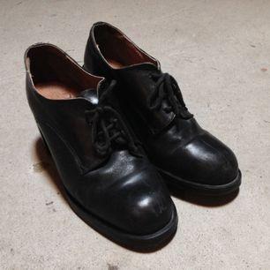 Så söta läderskor köpta på second hand som inte används numera då jag har ett par liknande som passar mig bättre. Köparen betalar frakt! Står 39 på skorna, men de är små, så mer 38. 72kr