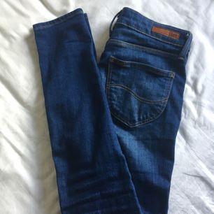 Ett sparsamt använda jeans från Lee i modellen scarlett. Nypris 899kr. Använda runt 5 gånger så dom är i nyskick. Tar endast emot swish köparen står för frakt.