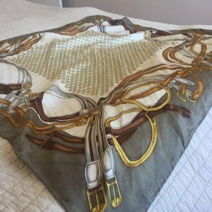 Gucci sjal 100% silke. Fint skick-enbart liten omärkbar defekt enligt bild tre. Nypris 2700kr Mått 90 x 90 cm