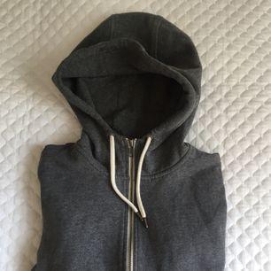 Grå hoodie i fint skick
