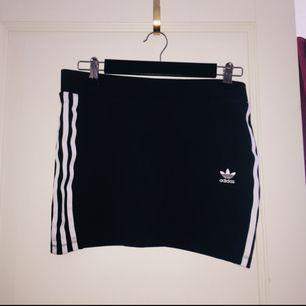 Kort Adidaskjol, använd ca 1 gång för 2 år sedan. Kommer inte till användning tyvärr! Köpare står eventuell frakt!