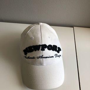 Keps från märket Newport som är använd endast 1 gång! Så den är i mycket fint skick.  OBS! Köpare betalar frakt