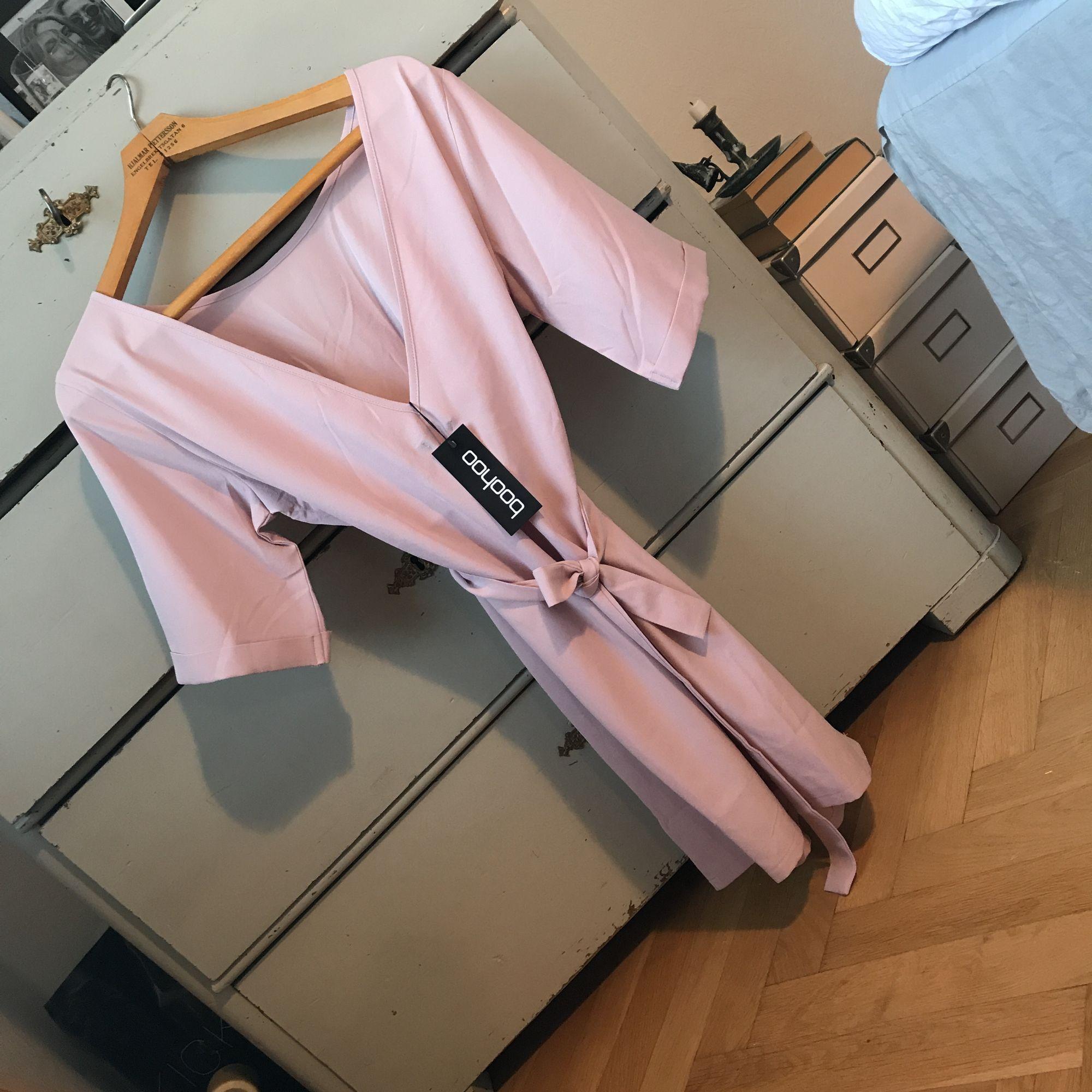 Rosa söt klänning som kan användas på båda hållen (bak och fram) 🦄 snöre i midjan och prislapp kvar, kommer bara inte till användning! . Klänningar.
