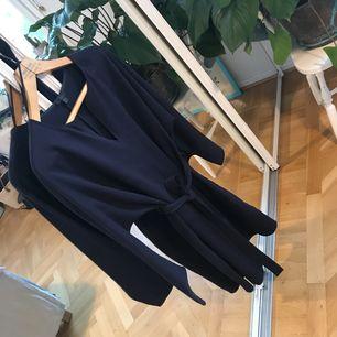Mörkblåa finaste klänningen från Cos som är använd ett fåtal gånger. Mjukt och lite grövre tyg 💙 som ny!