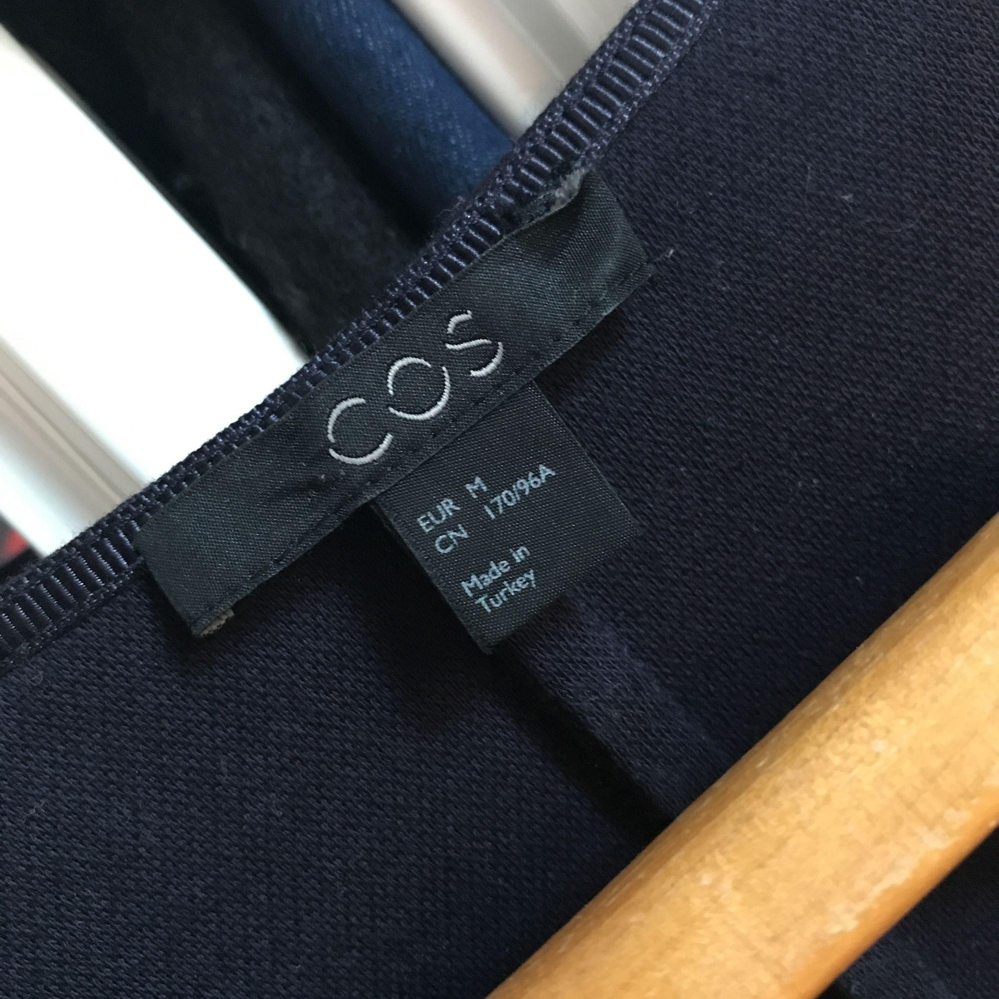 Mörkblåa finaste klänningen från Cos som är använd ett fåtal gånger. Mjukt och lite grövre tyg 💙 som ny! . Klänningar.