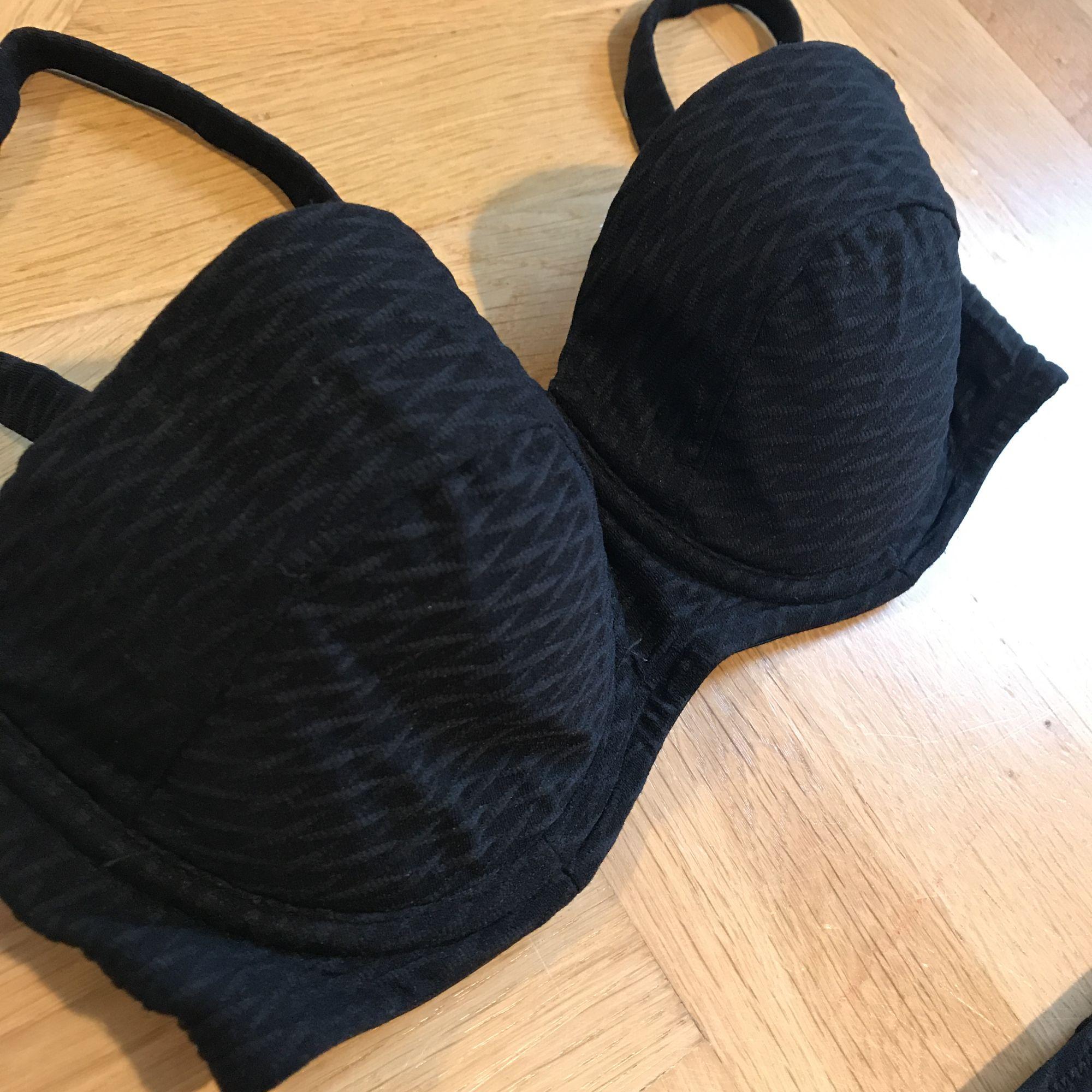 Svart bikini från hm som är sååååå fin, men för liten för mig 💔 midjehöga trosor, överdel med avtagbara band. Mönstrat tyg, fint skick! . Accessoarer.
