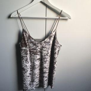 Ett linne som varit en klänning. Använd en gång.