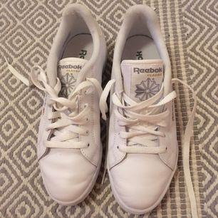 Reebok sneakers som är använda ett fåtal gånger, säljer då det är ngt för stora för mig.  Som en 37,5 ungefär.  I priset inkluderas frakt