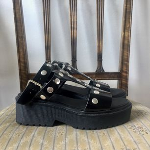 Skor ifrån Monki använda en gång, hög platå men sköna att gå i relativt smala framme vid tån.
